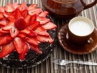 Какаова торта с шоколадов крем и пресни ягоди